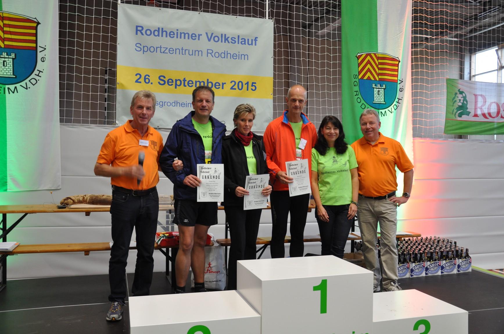 Bürgermeister Mike Purfürst und seine Ehefrau Jana (Bildmitte) mit Bürgermeister Thomas Alber nach der Teilnahme am Rodheimer Volkslauf
