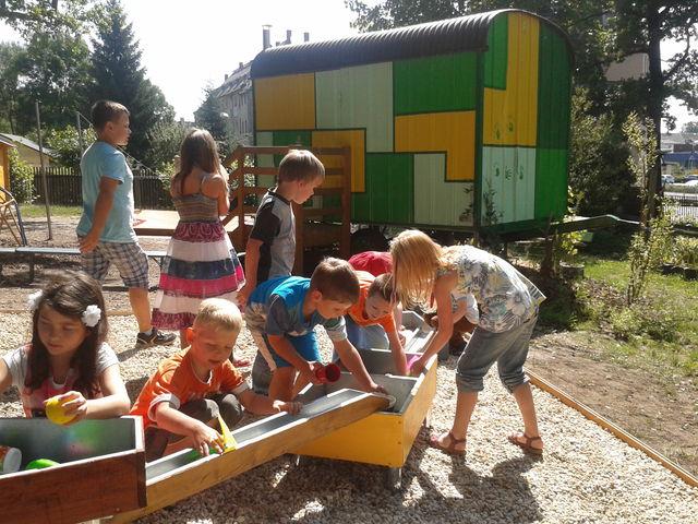"""Kinder der Kindertagesstätte """"Märchenland"""" beim Spielen"""