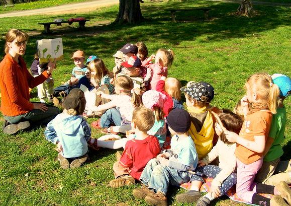 """Kinder der Kita """"Am Schlosspark"""" beim Spielen"""