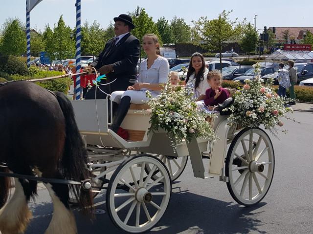 Festumzug Sonntag Nachmittag - Die neue Blütenkönigin präsentiert sich der Bevölkerung